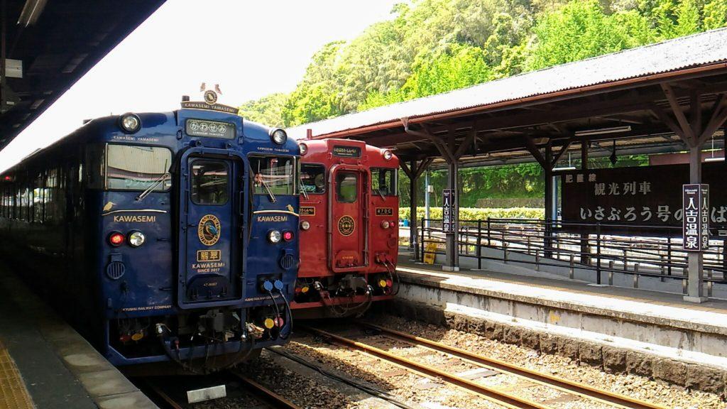 人吉駅にかわせみ・やませみといさぶろう・しんぺい号が並ぶ写真です。